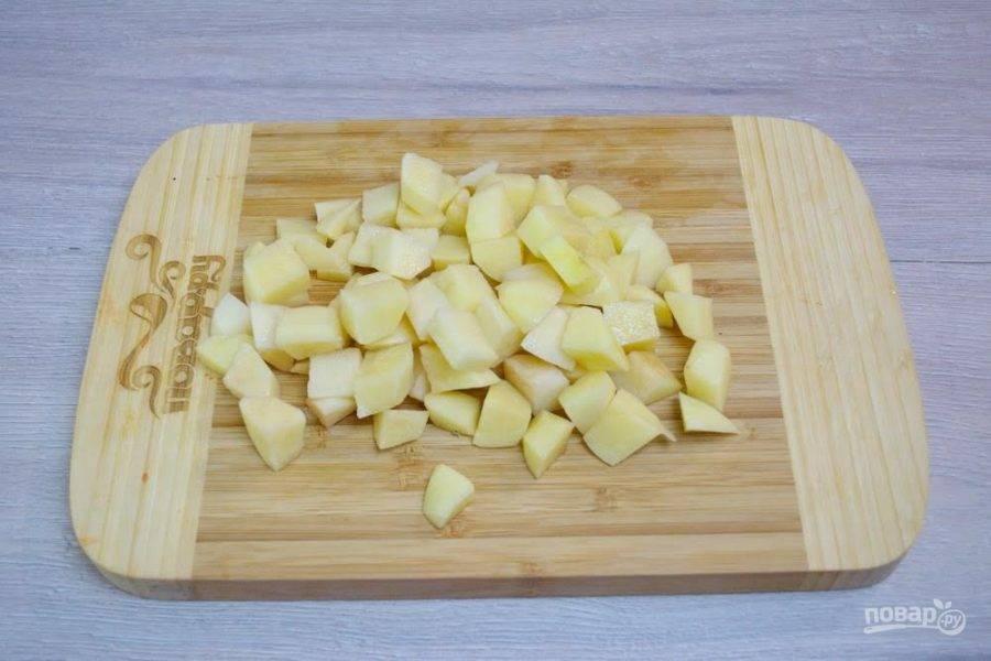6. Картофель очистите и нарежьте кубиком. Когда горох разварится, пюрируйте его погружным блендером прям в кастрюле. Теперь в  суп добавьте картофель. Варите 15 минут.