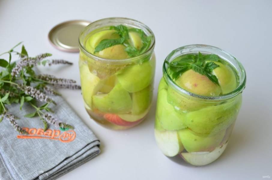4. Вскипятите воду, ее количество каждый раз будет разным, все зависит от того, насколько плотно уложены яблоки в банки. Залейте кипятком яблоки.
