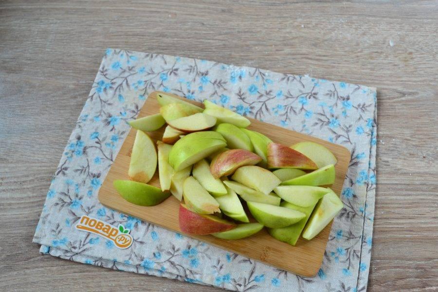 Яблоки нарежьте небольшими дольками.