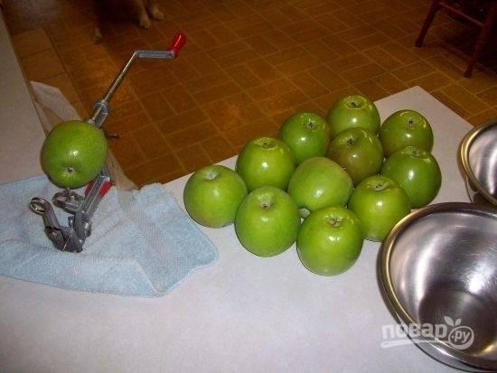 Яблоки помойте, удалите сердцевинки и хвостики.