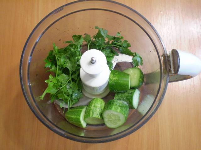 В чашу блендера складываем огурцы и зелень. Наливаем воду.