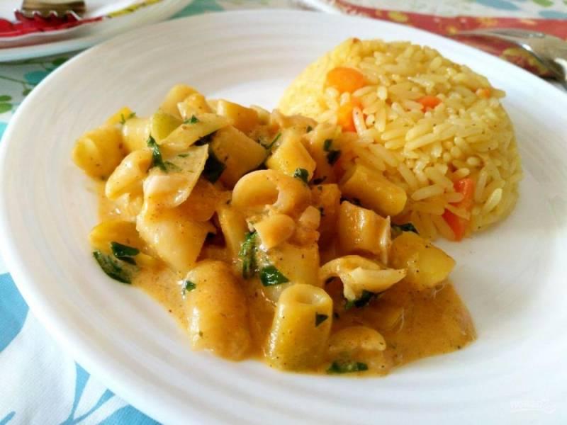 Подавайте блюдо в горячем виде сразу после приготовления, дополнив его любым гарниром по желанию.