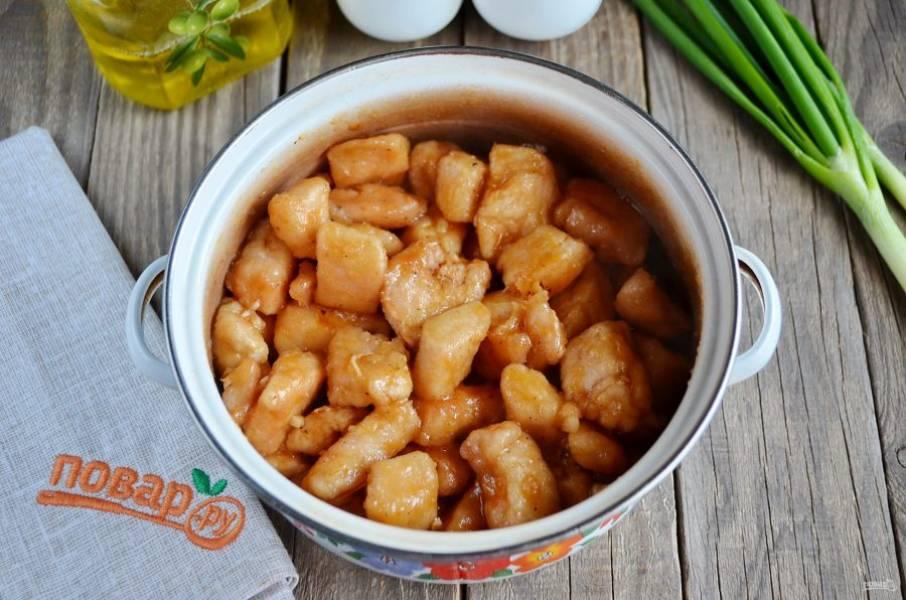 Томите мясо в соусе около 4 часов. Подавайте к столу горячим!