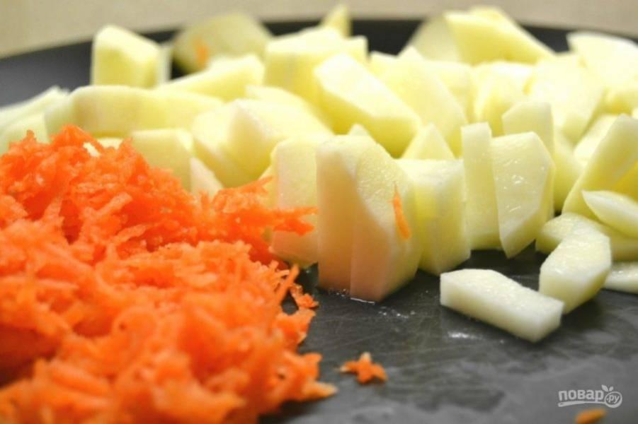 4.Помойте и почистите морковь и картофель. Натрите морковь на мелкой терке, порежьте небольшими кусочками картофель.