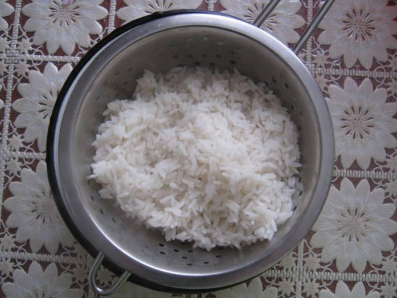 Промойте рис под проточной водой, далее отварите в подсоленной воде до полуготовности.