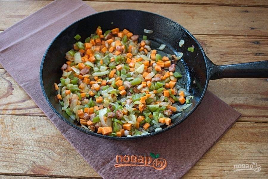 Измельчите сельдерей и болгарский перец. Я использую заготовленную замороженную смесь перца и сельдерея. Если какой-то из овощей вам не по вкусу, просто не используйте его.