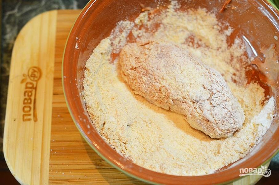 Обваляйте кусочки курицы и обжарьте с добавление масла до хрустящей корочки.