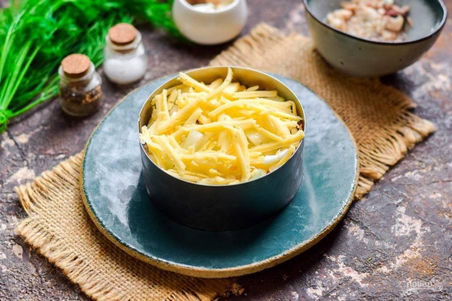 Твердый сыр натрите на средней терке, выложите поверх лука.