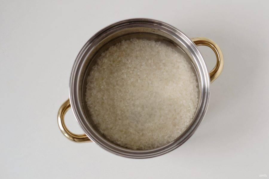 Рис промойте в холодной воде до прозрачности. Отварите рис по инструкции.