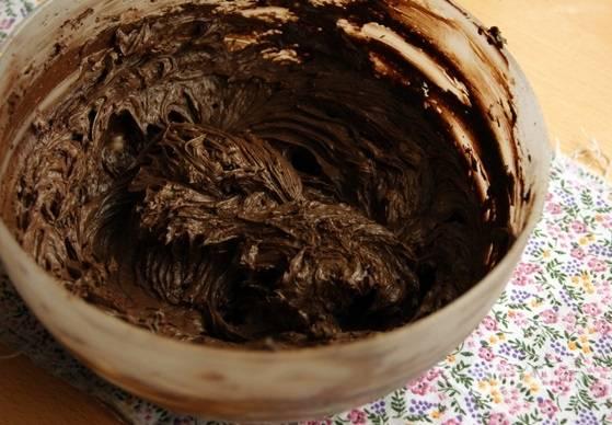 6. С кремом все тоже довольно просто: взбейте сливочное масло с вареной сгущенкой и какао. Можете добавить немного ликера, например.