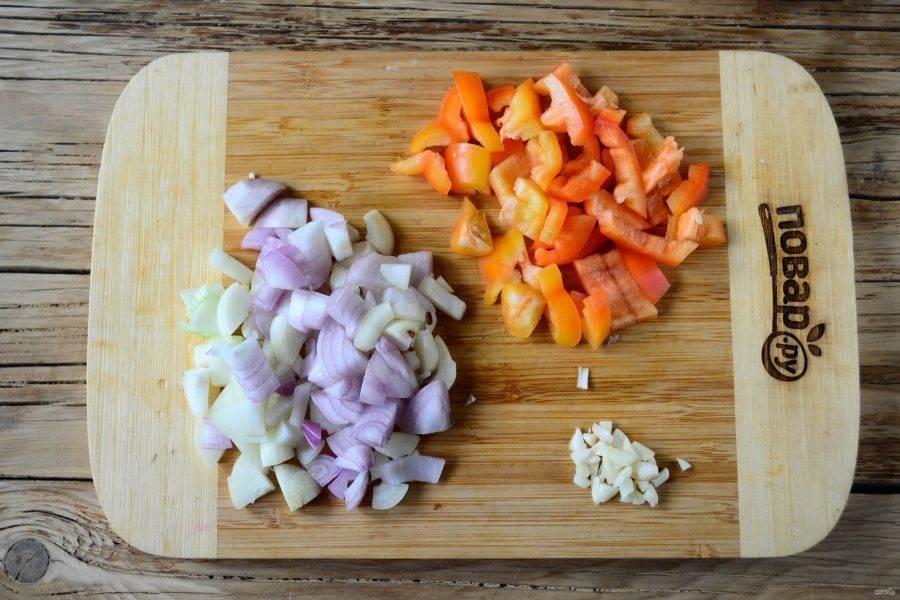 Крупным кубиком нарежьте лук, примерно такими же кусочками порежьте и сладкий перец. Чеснок можно пропустить через пресс, но как по мне, то лучше просто мелко нарезать ножом.