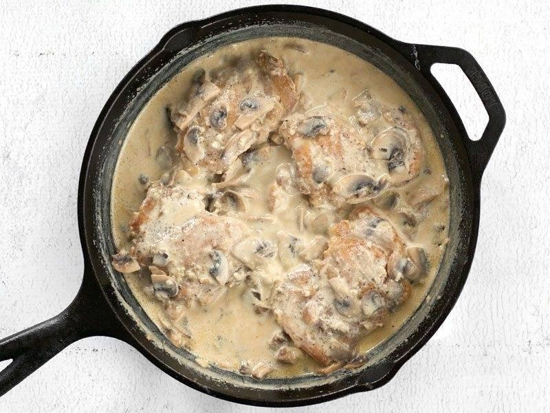 7.Верните в сковороду ранее обжаренное куриное мясо, полейте его приготовленным соусом и прогрейте в течение нескольких минут.