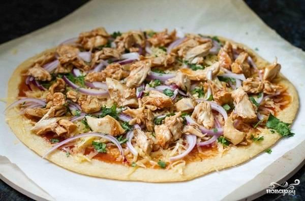 5. Теперь положите курочку и зелень, в данном случае — это петрушка. Все, можно отправить пиццу в духовку и выпекать минут 12-15, пока сыр не расплавится.