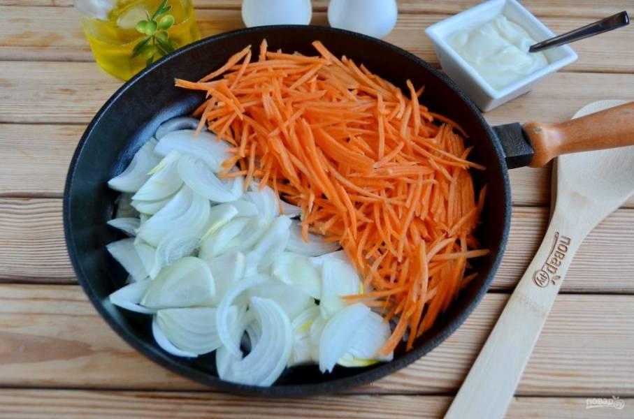 2. Лук порежьте тонкими полукольцами, морковь натрите на крупной терке. Обжарьте овощи на растительном масле с добавлением соли до мягкости.