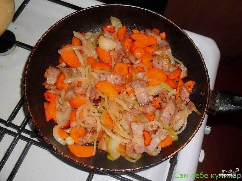 Лук с морковью и салом обжаривайте до готовности овощей.