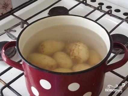1. Хорошенько вымойте картофель. Затем отварите в подсоленной воде до полуготовности.