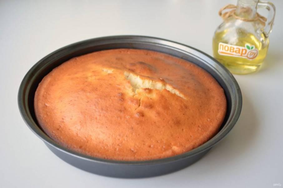8. Готовый бисквит остудите в форме, потом он легко выйдет.