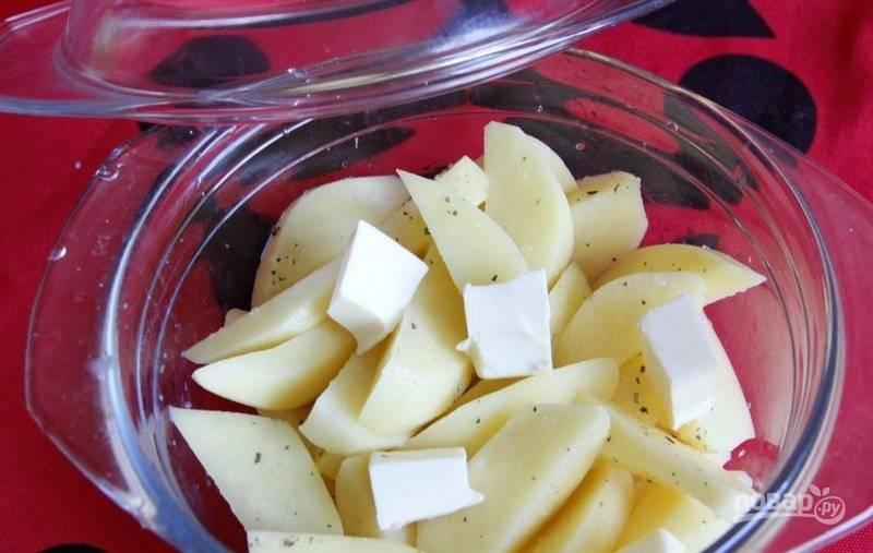Накройте картошку крышкой. Поставьте блюдо в микроволновку на 8-10 минут и готовьте на максимальных градусах.