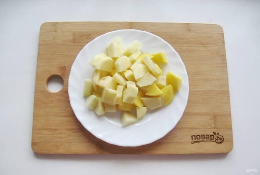 Картофель очистите, помойте и нарежьте кубиками. Выложите в суп. Посолите и поперчите по вкусу.