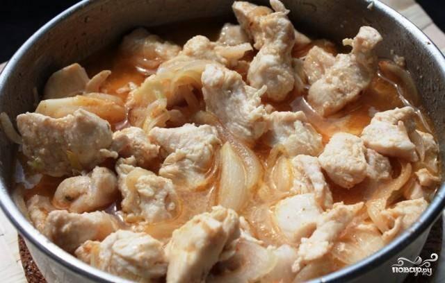 Курицу кладем обратно в сковороду, заливаем все это дело куриным бульоном. Добавляем шафран и тушим до испарения бульона.