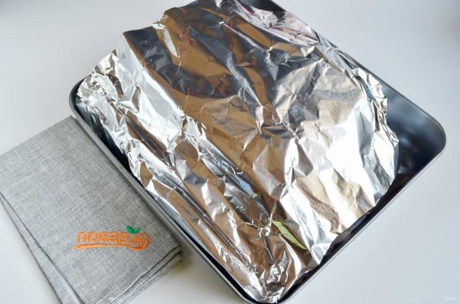 6. Прикройте его концом фольги и отправьте в горячую духовку (180 градусов) на 40 минут. Потом откройте фольгу и пеките еще 20-30 минут, пока курочка не приобретет красивый золотистый цвет и корочку.