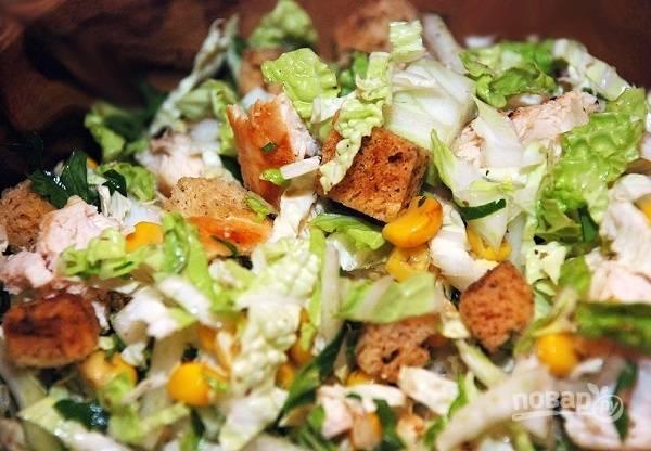 6. Посолите и поперчите салат по вкусу, добавьте по желанию сушеные травы (базилик, орегано). Заправьте маслом и бальзамическим уксусом. Перемешайте и подавайте к столу.