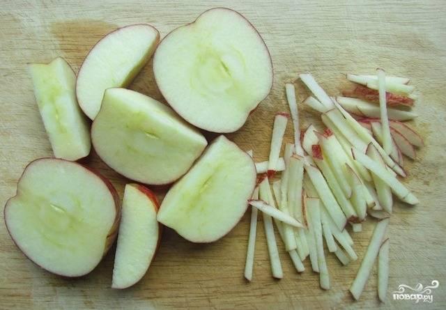Яблоки пойдут в салат прямо с кожурой. Разрежьте их на половинки и нарежьте соломкой, смотрите, чтобы не попались серединки в салат.