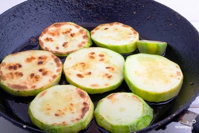 3. Налейте немного масла на сковороду, и обжарьте кабачки до золотистой корочки на среднем огне. Также при желании вы можете нарезать их кубиками, например.