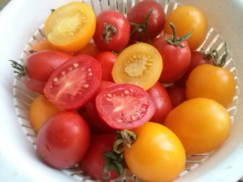 Овощи помойте, перец, морковь и чеснок  очистите.  Помидоры выбирайте плотные, небольшого размера. Разрежьте их пополам, вырежьте плодоножки.