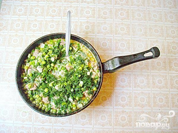 5.Минут через десять добавляем сюда соль и зелень, перемешиваем и минут пять, тушим все с закрытой крышкой.