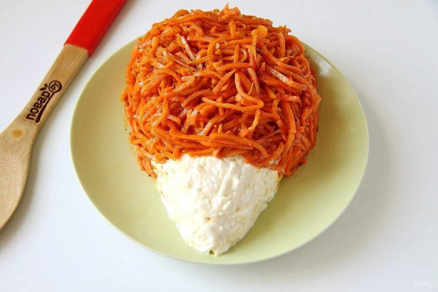 Сделайте сверху сетку из майонеза, аккуратно распределите его, придав салату окончательную форму. Если морковь длинная, нарежьте ее и выложите сверху, оставляя часть салата свободной - это будет мордочка ежика.