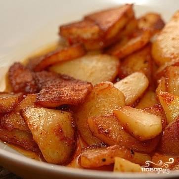 Поставьте таймер еще на 20 минут (режим тот же). Через 20 минут отключите мультиварку, добавьте кусочек сливочного масла и перемешайте картофель. Подавайте горячим, приправив свежей зеленью. Приятного аппетита!