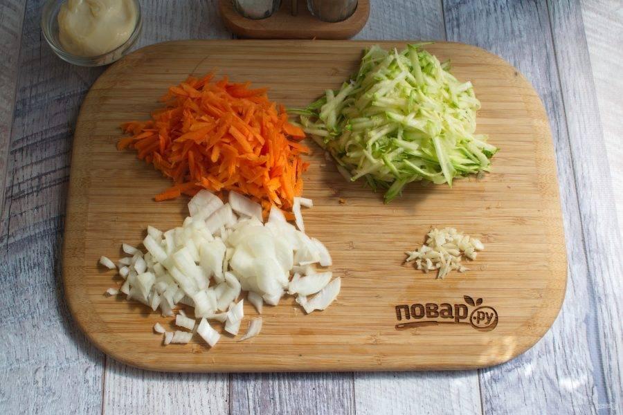 Морковь и кабачок натрите на крупной терке, лук и чеснок измельчите.
