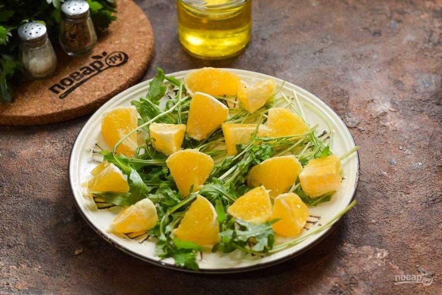 Апельсин почистите и нарежьте небольшими кубиками, добавьте в салат.