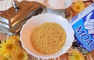 Начинаем приготовление молочных макарон с подготовки основных  ингредиентов.