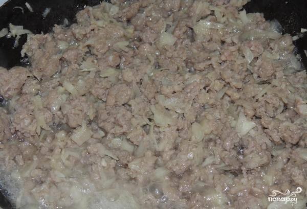3.На раскаленной сковороде обжариваем фарш вместе с капустой.
