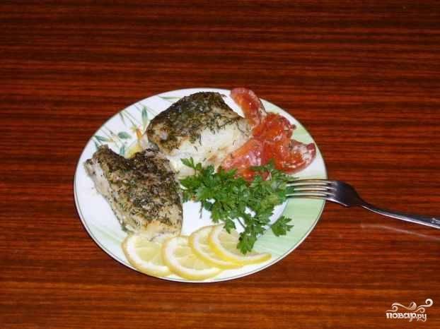 Готового палтуса выкладываем на тарелку, добавляем к нему гарнир, зелень, лимон и подаем к столу. Приятного аппетита!