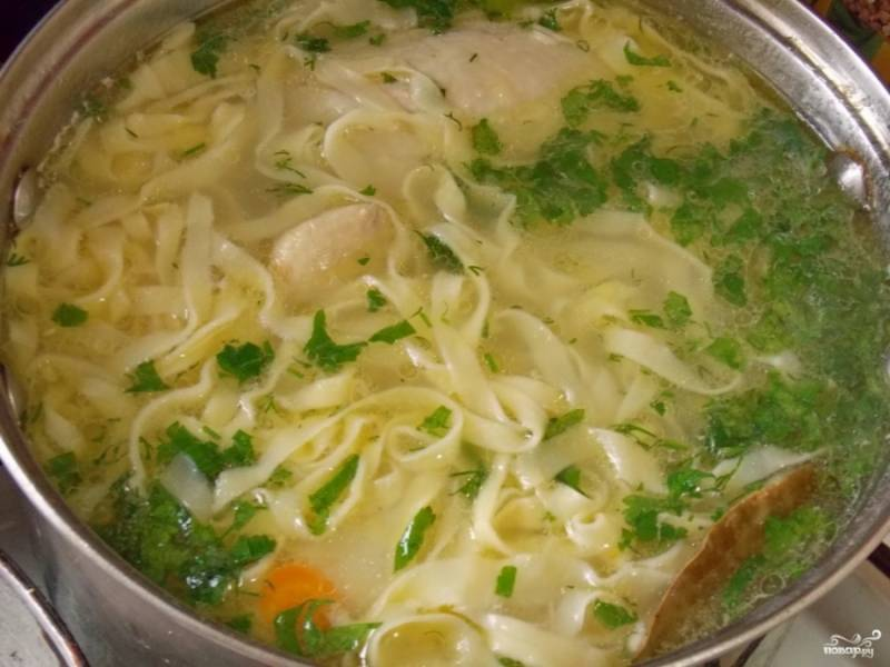 Опустите лапшу в суп, перемешайте обязательно, чтобы она не слиплась. Добавьте специи, зелень и лавровый лист. Варите бульон с лапшой минуты 2-3, лапша не должна перевариться.