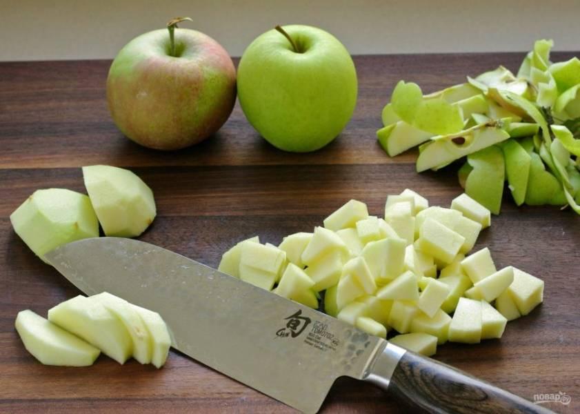 Яблоки почистите от кожуры и порежьте небольшими кубиками.