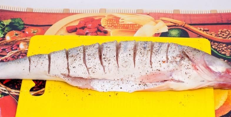 Чистим рыбку, делаем надрезы, солим и перчим, сбрызгиваем лимонным соком.