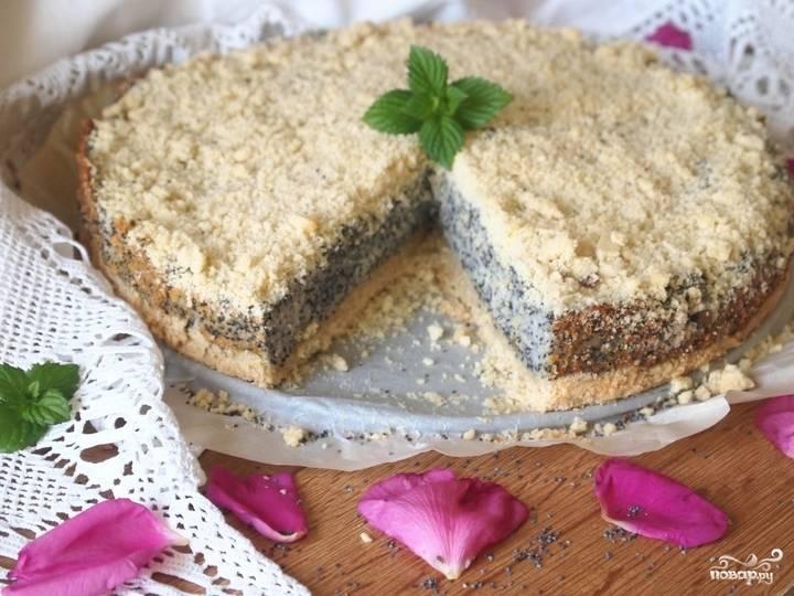 Готовый творожно-маковый пирог можете украсить листиком мяты, орешками или ягодами. Вот такой он получается в разрезе.