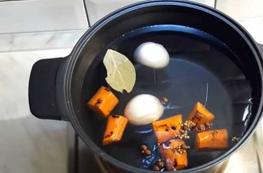 1. В холодную воду опустите поджаренные на сухой сковороде лук и морковь. Затем добавьте куриный остов, окорочок, душистый перец, кориандр, лавровый лист и соль.