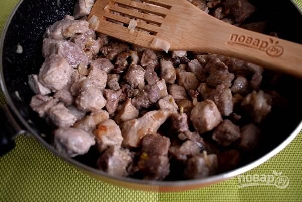 Добавьте мясо, и на сильном огне обжарьте до румяной корочки.