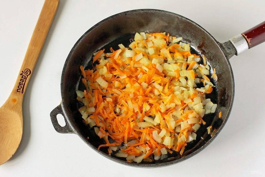 Обжарьте овощи на сковороде на растительном масле до мягкости.