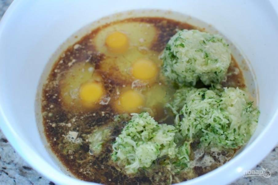 3.В отдельной миске смешайте тертый кабачок, яйца, растительное масло и крепкий кофе.