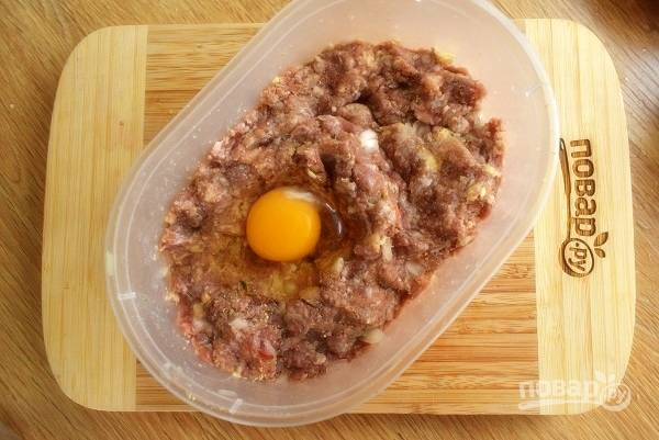 Вбейте 1 яйцо и тщательно вымесите фарш.