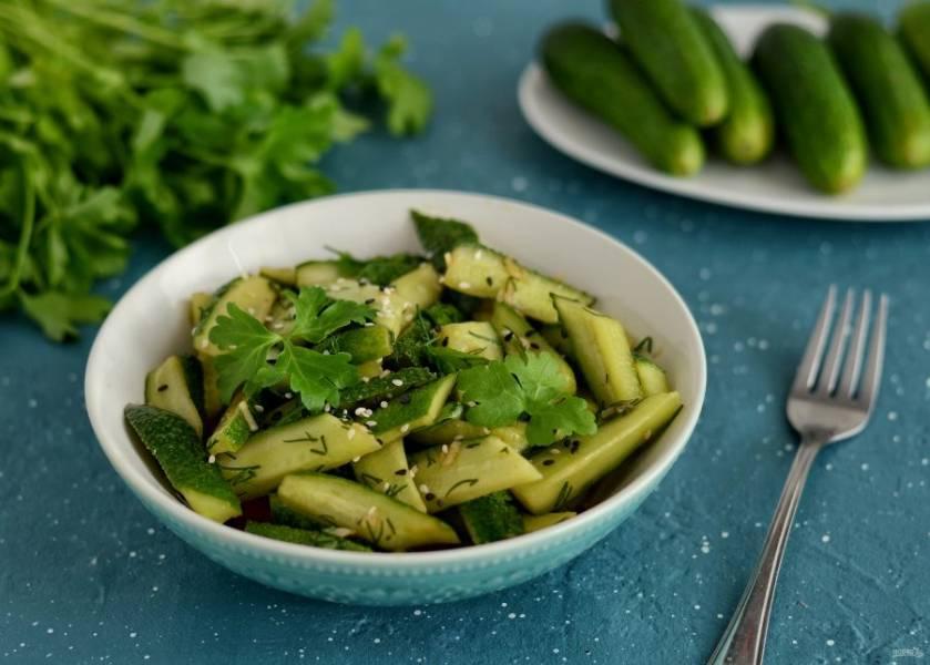 Острый салат из огурцов готов, приятного аппетита!