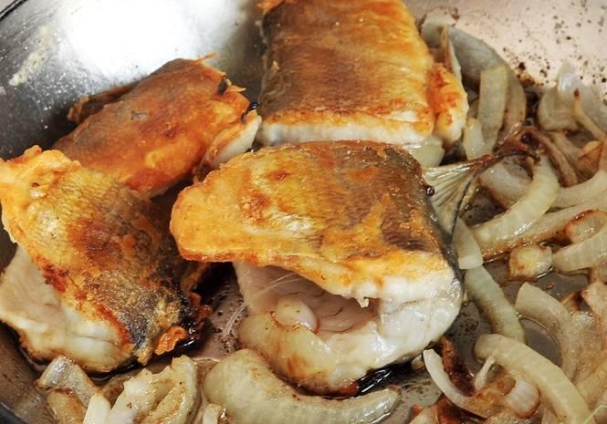 Когда рыбка подзолотится, добавляем нарезанный полукольцами или кольцами лук.  Жарим до его готовности. Вот рыба жареная с луком и готова! Приятного аппетита!