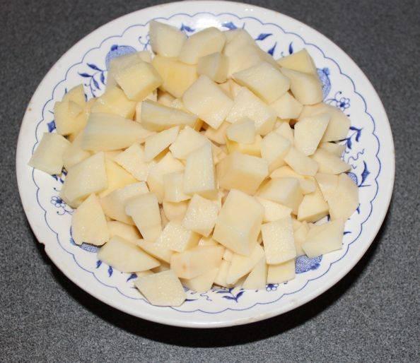 3. Смесь в сковороде заливаем водой или бульоном, а картошку режем мелкими кубиками и бросаем к уже закипевшему бульону.
