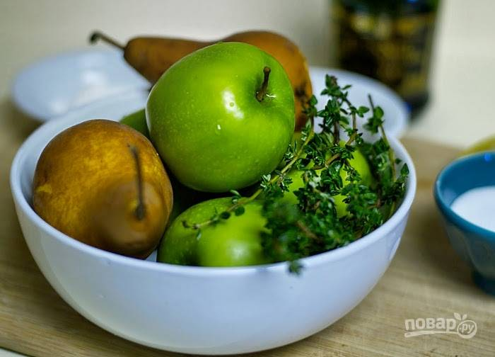 3. Приготовьте начинку. Нашинкуйте фрукты тонкими кусочками. Тимьян порвите.
